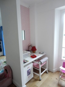 Chambre fille / Espace bureau / Fenêtre fixe sur chambre garçons