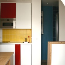 Vue sur cuisine et salle de bain
