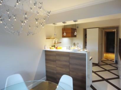 Vue sur cuisine et bar sur-mesure / calepinage au sol dessiné pour le projet