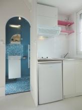 Vue sur kitchenette & salle de bain