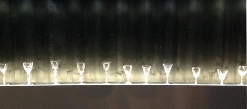 Verres en cristal de Saint-Louis dans une mise en lumière saisissante.