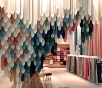 Inspirée par le feuillage des saules pleureurs, l'installation textile de la maison Qvadrat crée l'intimité (réalisée par le studio Raw Edges)