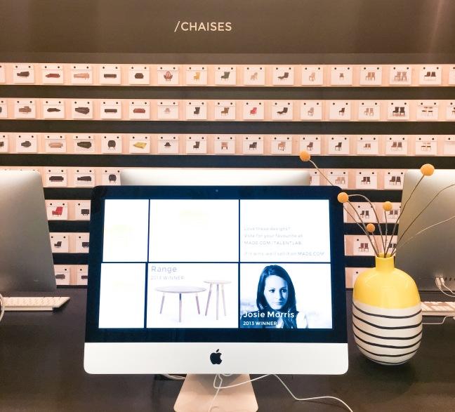 Derrière les deux rangées d'ordinateurs, le mur à cartes postales - Photo : Dounia Safouane